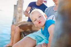 Ragazzino con i genitori sul pilastro, giorno di estate soleggiato Fotografia Stock