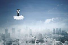 Ragazzino con il binocolo sulla nuvola Immagini Stock Libere da Diritti
