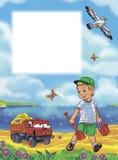 Ragazzino con il camion dell'automobile del giocattolo che cammina alla spiaggia con il secchio e la pala della spiaggia per la s Immagine Stock