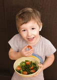 Ragazzino con insalata ed il pomodoro Fotografie Stock Libere da Diritti