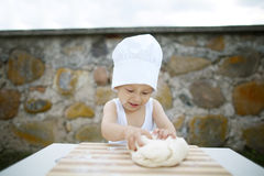 Ragazzino con la cottura del cappello del cuoco unico Immagini Stock