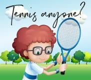 Ragazzino con la racchetta di tennis ed il tennis chiunque di frase Fotografia Stock