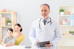 Ragazzino con sua madre a medico su consultazione fotografie stock libere da diritti