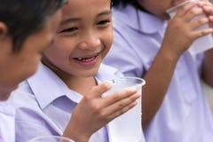 Ragazzino con un sorriso felice dopo avere bevuto acqua fredda Immagini Stock Libere da Diritti