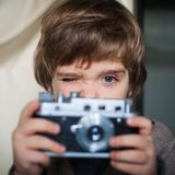 Ragazzino con una macchina fotografica Immagine Stock