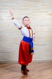 Ragazzino in costume variopinto che fa danza folcloristica Fotografie Stock