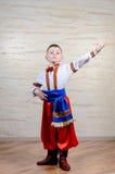 Ragazzino in costume variopinto che fa danza folcloristica Fotografia Stock Libera da Diritti
