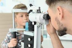 Ragazzino d'esame dell'oftalmologo fotografia stock