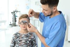 Ragazzino d'esame dell'oftalmologo immagine stock libera da diritti