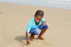 Ragazzino divertendosi alla spiaggia fotografia stock libera da diritti