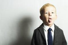 Ragazzino divertente nel bambino di suit.style. modo children.joy Immagini Stock