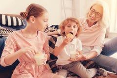 Ragazzino dolce che mangia biscotto con latte alla casa delle nonne immagine stock libera da diritti