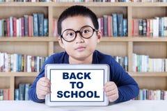 Ragazzino dolce con la compressa di nuovo alla scuola Immagine Stock Libera da Diritti