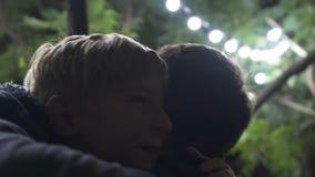 Ragazzino felice che corre per abbracciare suo padre, riunione attesa da tempo dopo la separazione archivi video
