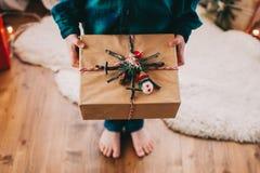 Ragazzino felice con il regalo di Natale Immagine Stock