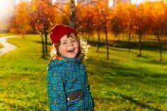 Ragazzino felice di risata in parco Fotografie Stock Libere da Diritti