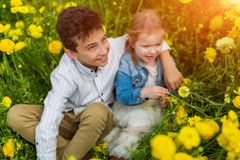 Ragazzino felice e ragazza che si trovano sull'erba al tempo di giorno Concetto di un fratello e di una sorella per sempre fotografia stock