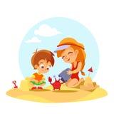 Ragazzino felice e ragazza che trovano granchio sulla spiaggia di estate Fotografia Stock