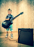 Ragazzino fresco che posa con la chitarra elettrica Fotografia Stock