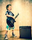 Ragazzino fresco che posa con la chitarra elettrica Fotografia Stock Libera da Diritti