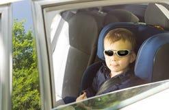 Ragazzino fresco in occhiali da sole immagine stock