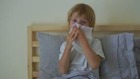 Ragazzino malato in un letto Concetto di influenza del bambino archivi video