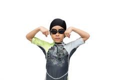 Ragazzino negli occhiali di protezione di nuoto su fondo bianco Immagini Stock Libere da Diritti