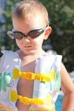 Ragazzino negli occhiali di protezione di nuoto un giorno di estate caldo Fotografia Stock
