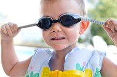 Ragazzino negli occhiali di protezione di nuoto un giorno di estate caldo Fotografie Stock Libere da Diritti