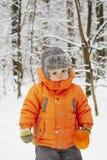Ragazzino nella foresta di inverno Fotografie Stock Libere da Diritti