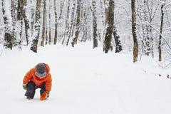 Ragazzino nella via di inverno Fotografia Stock