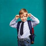 ragazzino in occhiali con il grande zaino Fotografia Stock