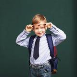 ragazzino in occhiali con il grande zaino Fotografie Stock Libere da Diritti
