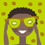 Ragazzino in occhiali da sole rispecchiati con una riflessione del kiwi Fotografia Stock