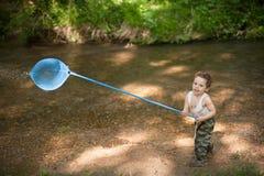 Ragazzino, rete, fiume, estate, calore, pesca, impertinente, divertente, foresta Fotografie Stock