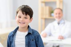 Ragazzino su esame al pediatra immagini stock libere da diritti