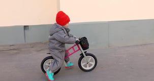 Ragazzino su una bicicletta archivi video