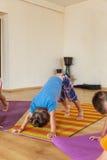 Ragazzino su una classe di yoga Fotografia Stock Libera da Diritti