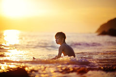 Ragazzino su una spiaggia al tramonto Fotografia Stock