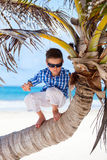 Ragazzino sulla palma Fotografia Stock