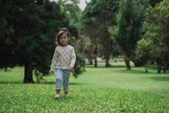 Ragazzino sveglio che cammina nel parco fotografia stock libera da diritti
