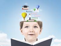 Ragazzino sveglio con un libro, istruzione, cielo Fotografie Stock Libere da Diritti