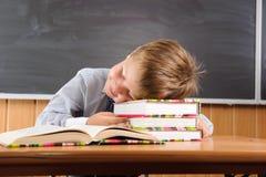 Ragazzo addormentato con i libri allo scrittorio Fotografia Stock Libera da Diritti