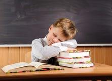 Ragazzo addormentato con i libri allo scrittorio Fotografie Stock Libere da Diritti