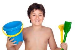 Ragazzo adorabile che gioca con il giocattolo per la spiaggia immagine stock libera da diritti