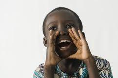 Ragazzo africano che grida alto e che grida, isolato su bianco immagini stock