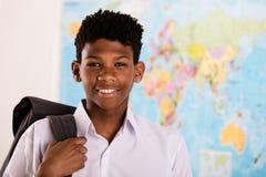 Ragazzo africano in suoi uniforme scolastico e zaino Fotografie Stock