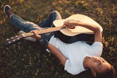Ragazzo afroamericano con la chitarra Immagini Stock