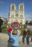 Ragazzo al binocolo che esamina Notre Dame Cathedral, Parigi, Francia Fotografia Stock Libera da Diritti