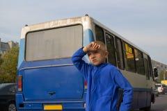 Ragazzo alla fermata dell'autobus Fotografia Stock